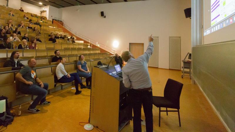 Martin Rost zeigt in seinem Lightning Talk digitale Betriebsarten im Amateurfunk. Foto: Neofotografie